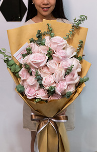 ดอกกุหลาบดอกใหญ่สีชมพู ในช่อ