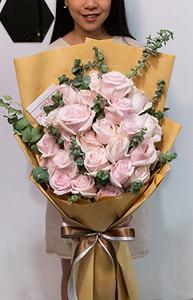 กุหลาบชมพูถูกนำมาจัดในช่อดอกไม้อย่างเอาใจใส่ ให้ความรู้สึกอ่อนหวาน