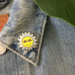 Smiley Face Daisy Enamel Pin - Gold - Wildflower + Co. ………………………………….………………………………….…………………….. Cute & cheery daisy with smiley face enamel pin! Even the eyes are rainbows :)