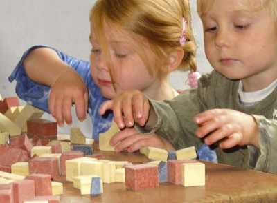 Children playing with Anker Steinbaukasten Stone Building Blocks.