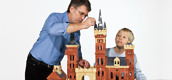 Anker-Steinbaukasten-father-and-son-building-a-castle-with-anker-stones.jpg