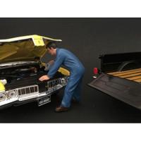 Mechanic Doug Filling Engine Oil Figurine Figure For 1:18 Models American Diorama 77449