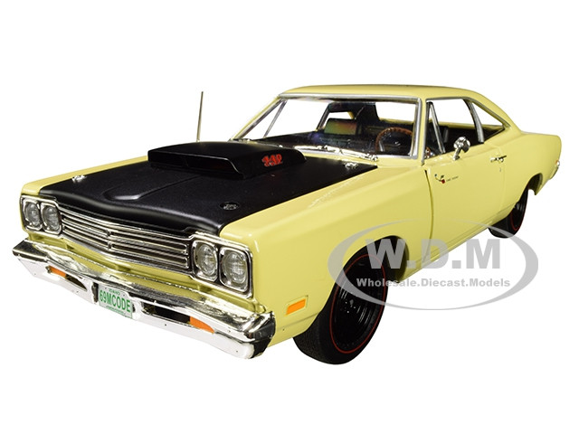 1969/5 Plymouth Road Runner Coupe Sunfire Yellow Black Hood Looney Tunes Class of 1969 Special Limited Edition 1/18 Diecast Model Car Autoworld AMM1180