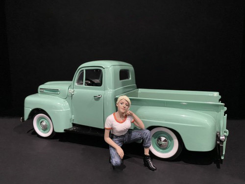 Car Girl in Tee Michelle Figurine for 1/18 Scale Models American Diorama 38237