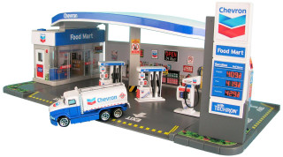 Chevron Station Diorama and Food Mart with Car 1/64 Diecast Model Car Daron RT187215