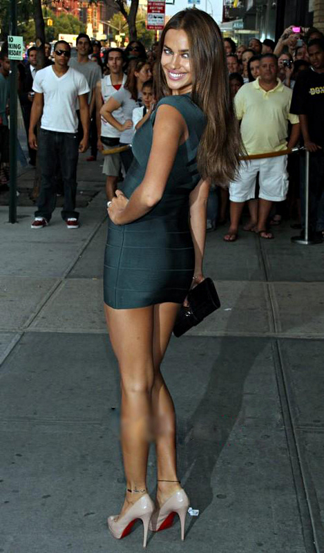 d61ad13d4a9 Russian top model Irina Shayk knows how to bring on the sexy! Here she  wears a stunning dark green front zip bandage dress.