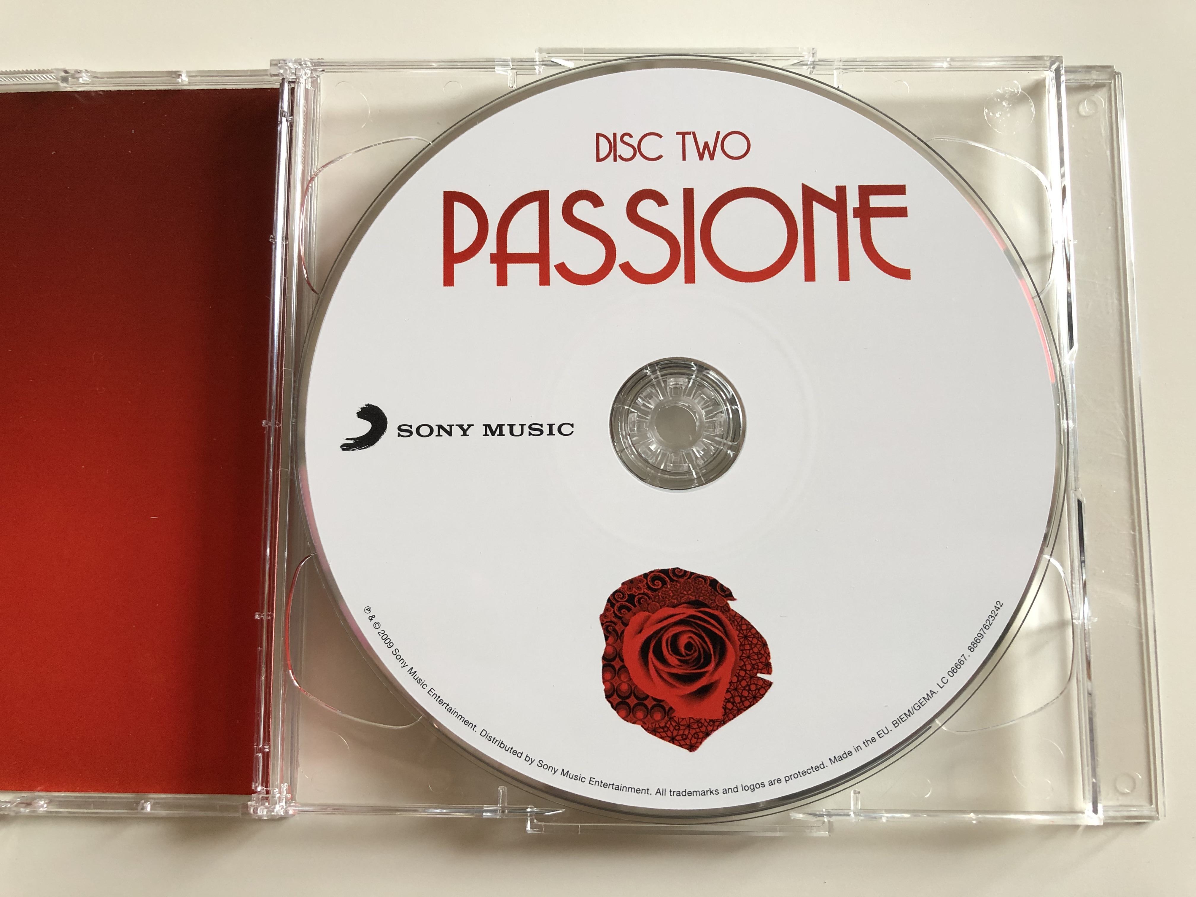 classic-interpreations-of-opera-and-pop-by-the-world-s-greatest-voices-passione-featuring-il-divo-luciano-pavarotti-malena-ernman-paul-potts-placido-domingo-jussi-bjorling-sarah-brightma-6-.jpg