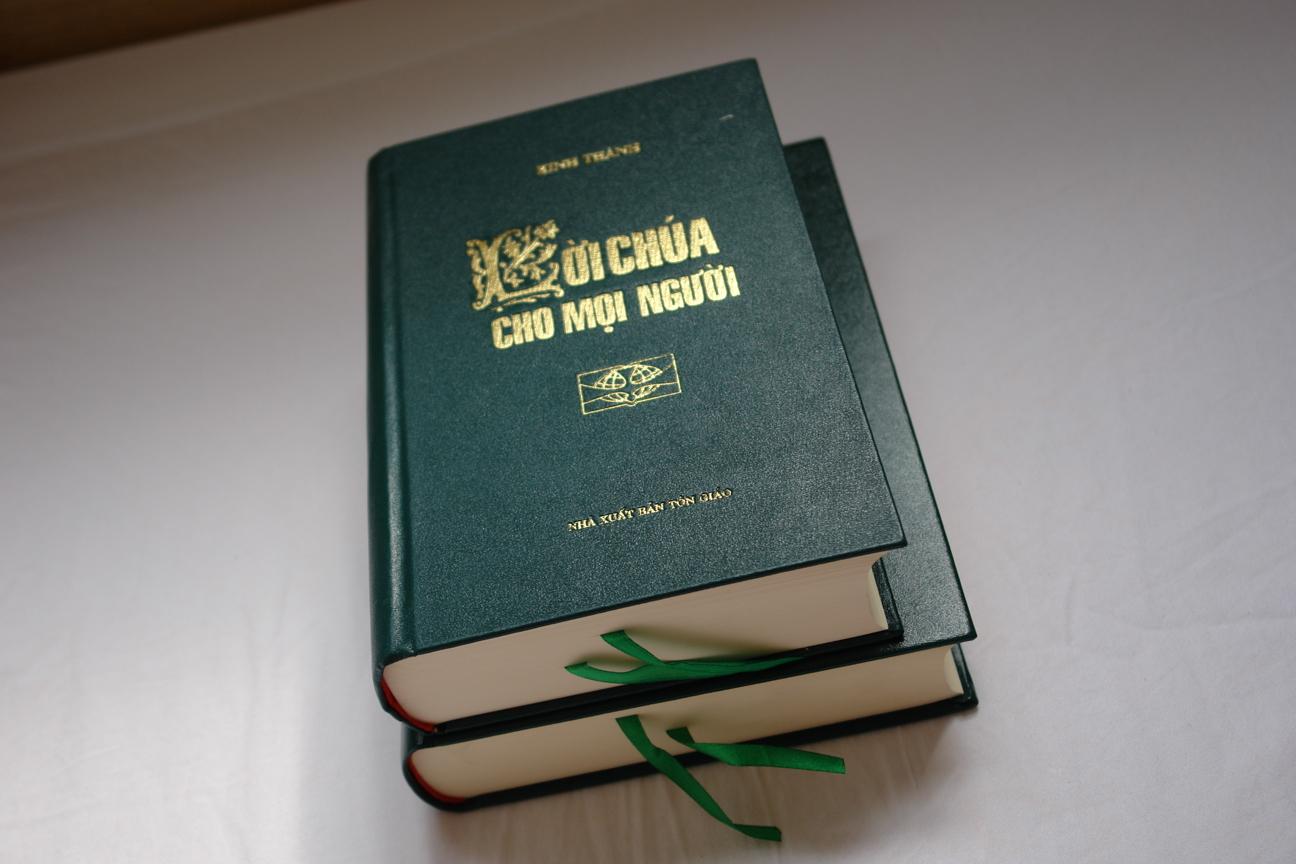 vietnamese-holy-bible-green-hardcover-2006-mid-size-1.jpg