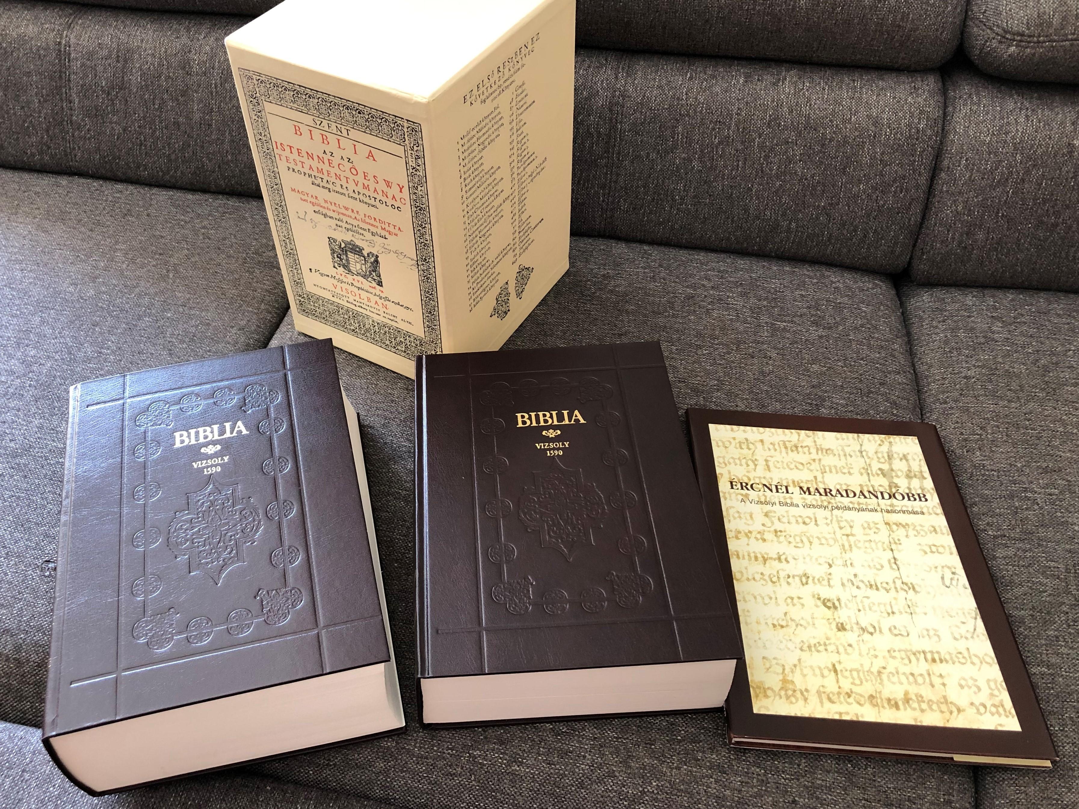 vizsolyi-szent-biblia-1590-hungarian-1590-k-roli-translation-reprint-holy-bible-set-istennec-es-wy-testamentvmanac-prophe-ta-c-es-apostoloc-ltal-meg-iratott-szent-k-nyuei-rcn-l-maradand-bb-tanulm-ny-essay-book-d-6357110-.jpg