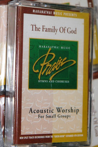 "The Family Of God - Acoustic Worship For Small Groups / Maranatha! Music Praise Hymns and Choruses / New Split Track Recordings From The ""Green Book"" Expanded 4th Edition (080688588946)"