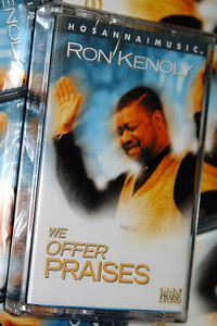 We Offer Praises - Ron Kenoly / Christian Live Praise and Worship Music / Hosanna! Music - Audio Cassette (000768161647)
