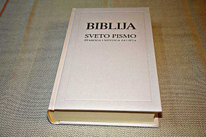 Croatian Holy Bible, White Hardcover with Double Column Text / Old and New Testaments / Color Maps at the End / Biblija Sveto Pismo – Staroga I Novoga Zavieta, Bijela Tvrdi