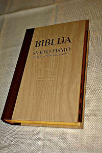 Croatian Holy Bible, Brown-Beige Hardcover with Thumb Index and Golden Page Edges / Wood Motif Front Cover with Cross / Biblija Sveto Pismo – Dvobojni tvrdi uvez s bocnim indeksom I pozlatom