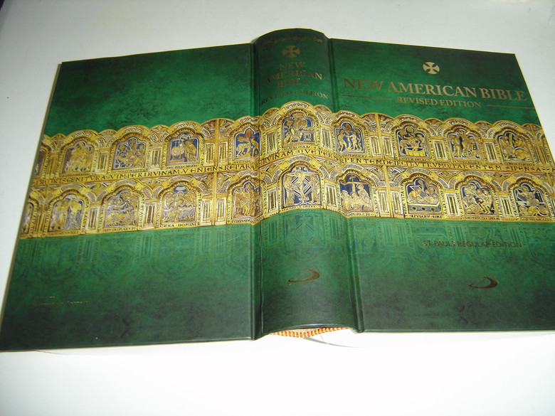 New American Bible Catholic Revised Edition / Beautiful Special Limited Edition Cover / On the Cover: Altar Piece from Klasterneuburg, Germany / Thumb Indexed Beautiful Bible