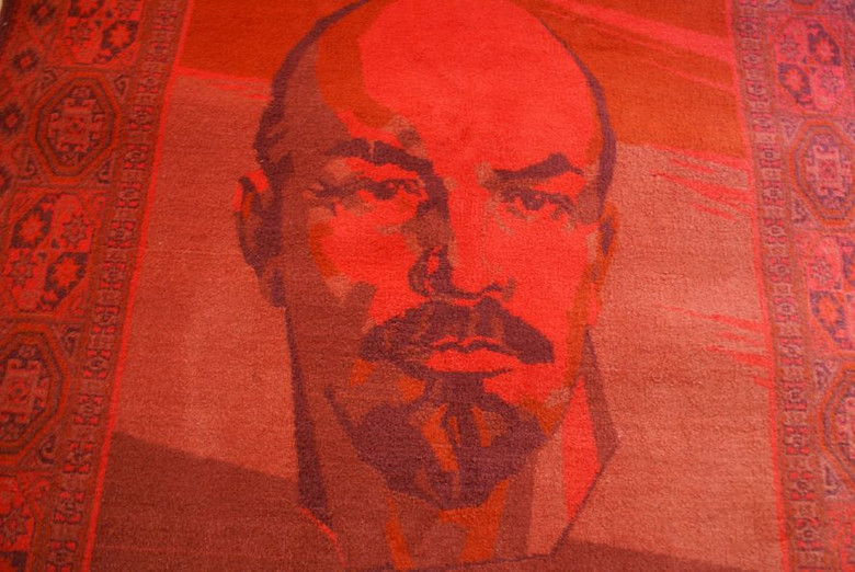 The Ultimate RED LENIN Carpet from the Soviet Union / HUGE Rug with the portrait of Vladimir Ilich Lenin / Sovjet made rug Collector's item CCCP / U.S.S.R. Communist Memoribilia / Size 150 X 196 CM