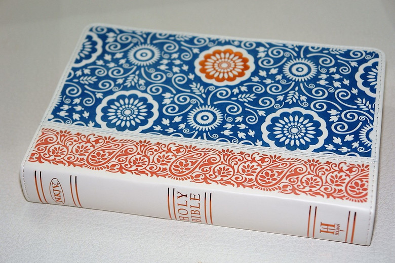 Beautiful Ladies NKJV Large Print Personal Size Reference Bible, Designer Series, Bohemian Bronze/Blue Paisley, LeatherTouch / Impressing Bible with Bronze Gilded Edges / Protective Box / Color Maps / WORDS OF CHRIST IN RED (9781433619465)