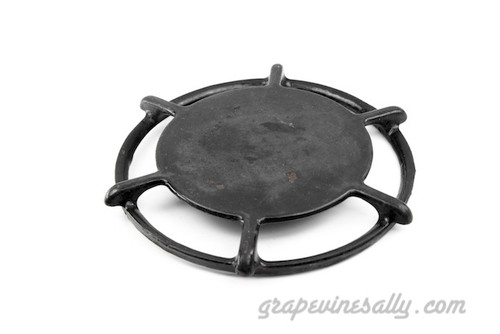 """Original Vintage O'Keefe & Merritt Gas Stove USED PORCELAIN ENAMELED 6 Spoke Burner Grate / Simmer-Warmer Plate Style. This grate is used,PLEASE NOTE, this grate has a couple of small chips on the top of the simmer plate. Used with the OK&M stove tops with the 3 and 2 peg holes. This grate has 1 peg on the underside. They are all thoroughly cleaned and ready to use. Please view all photos.  MEASUREMENTS: Ring Diameter 8-3/8"""""""