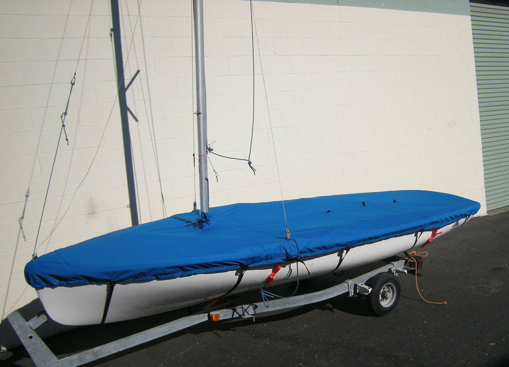 Apollo 16 Mast Up Flat Mooring Cover by SLO Sail and Canvas. Shown in Sunbrella Pacific Blue fabric type. Optional Upgrade: Straps with plastic Fastex buckles shown.