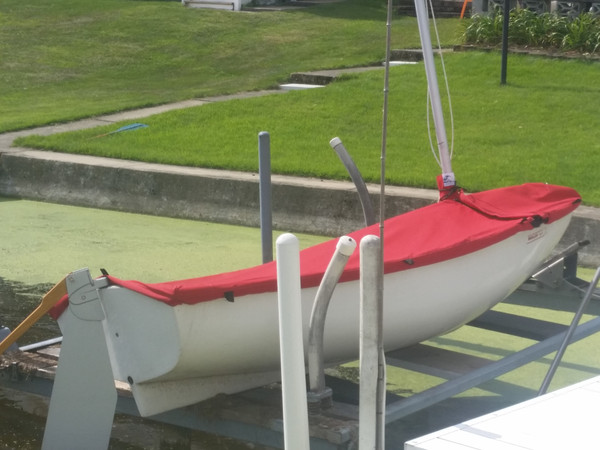 Our Mast Up Flat Cover allows you to store your Boston Whaler Squall with the mast in place.