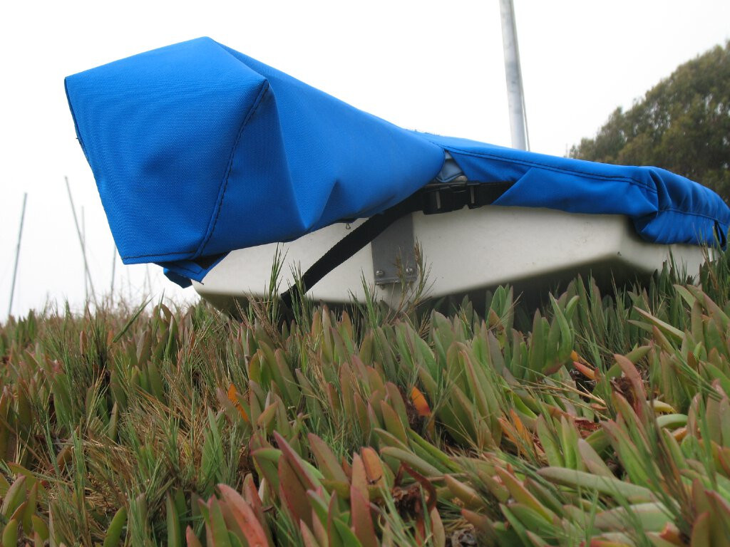 Transom is securely closed with a polypropylene straps and a plastic Fastex buckle.