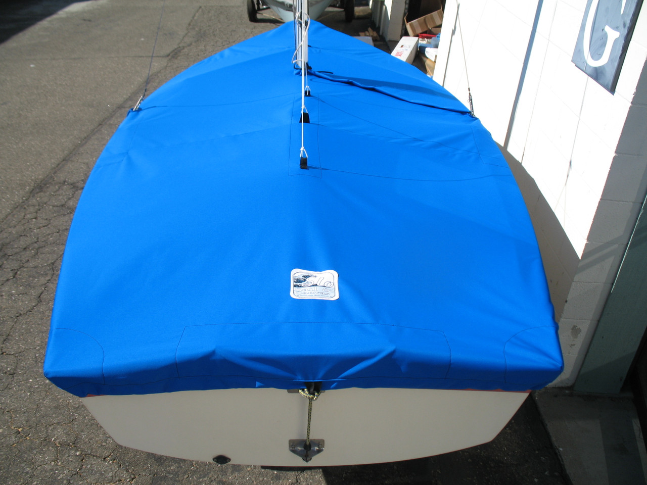 """1/4"""" shockcord is built into cover to secure your cover tightly around the boat's rubrail."""