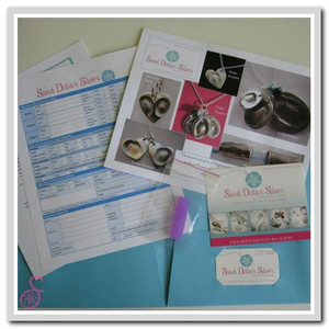 Contents of the fingerprint kit. All you need to take a 3-dimensional impression of your child's fingerprint, so that we can make the silver jewellery of your choice.