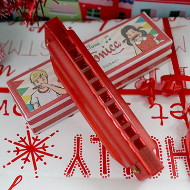 This 10-hole harmonica is ideal for budding musicians. Complete with retro style box, it makes a great gift for big kids too! Not suitable for children under the age of 3 years.  100 x 20 x 30mm.