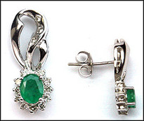 14kt Hanging Emerald Earrings with 28 Diamonds