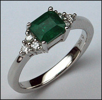 Emerald & Diamond Ring in 18kt White Gold