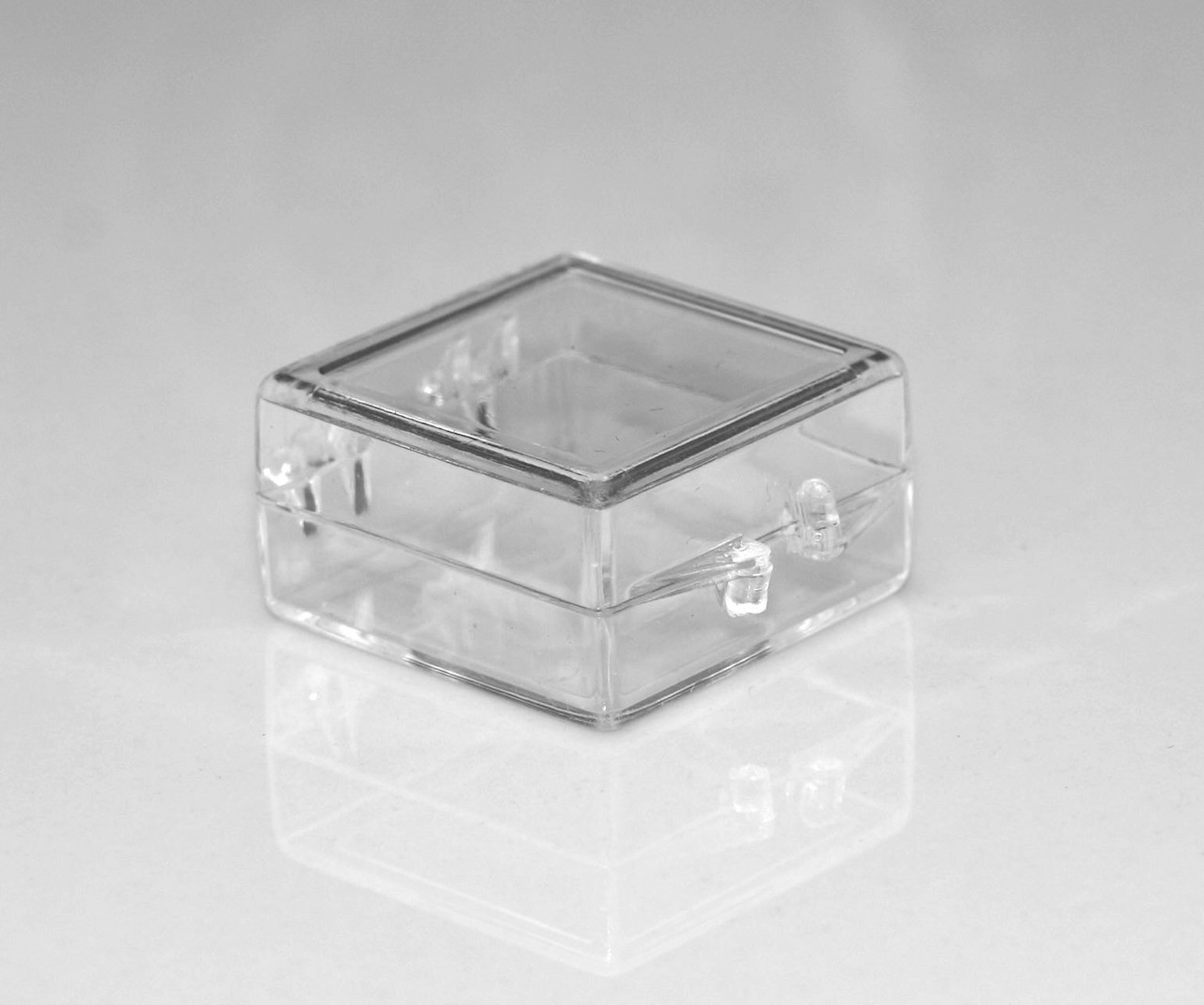 1 X 1 X 1 2 Small Plastic Box With Hinged Lid 110