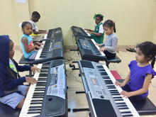 Alabanza Music Tocando El Piano 1  (Fun Review)