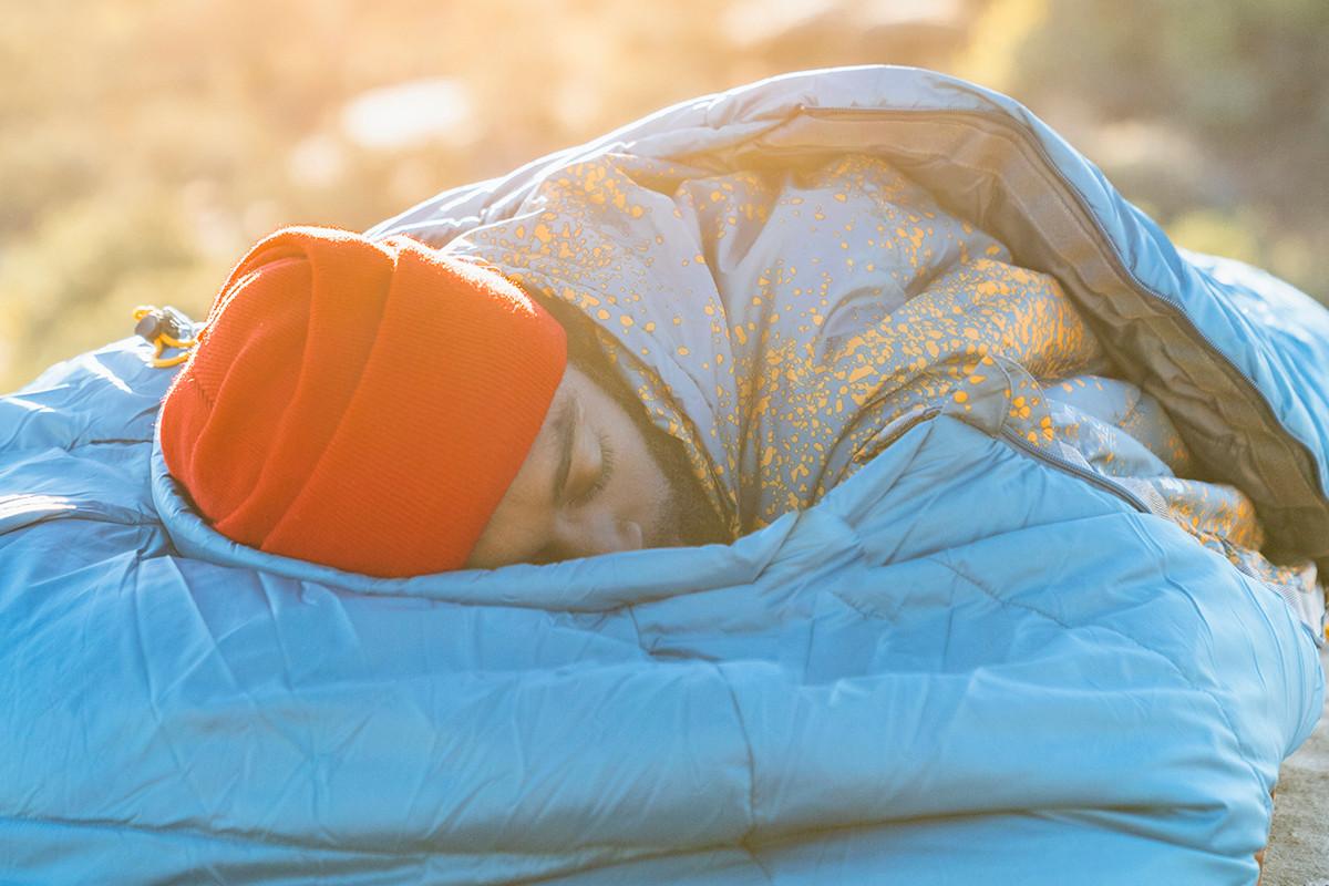 Man sleeping peacefully in Kelty Tru.Comfort 20 sleeping bag