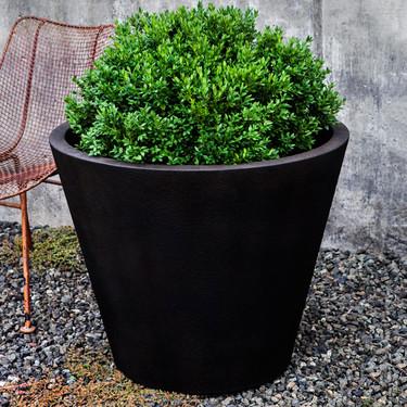 Davos Round Planter (Glass Fiber Reinforced Concrete in Nero Nuovo Finish)