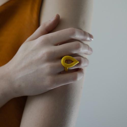 Tzuri_Gueta_handmade_jewellery_ring_teardrop_statement_silicone_viscose_yellow_orange_blue_mint_Paris_France