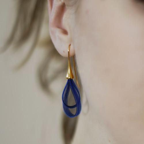 VLUM_handmade_jewellery_earrings_nylon_threads_dark_blue_light_blue_teardrop_curve_BO_Gouttes_silver_plating_statement