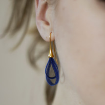 VLUM_handmade_jewellery_earrings_nylon_threads_dark_blue_light_blue_teardrop_curve_BO_Gouttes_silver_plating_statement