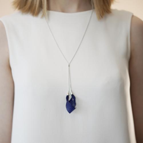VLUM_handmade_jewellery_necklace_long_pendant_dark_blue_nylon_threads_brass_silver_plated_pendentif_pétale_Paris_France
