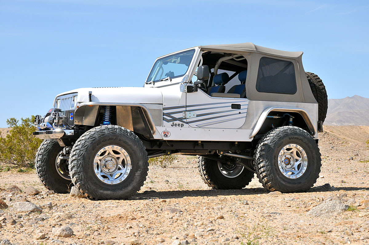 """Front (Standard) and rear (Hi-Fender) 4"""" wide tube fenders with 37"""" tires"""