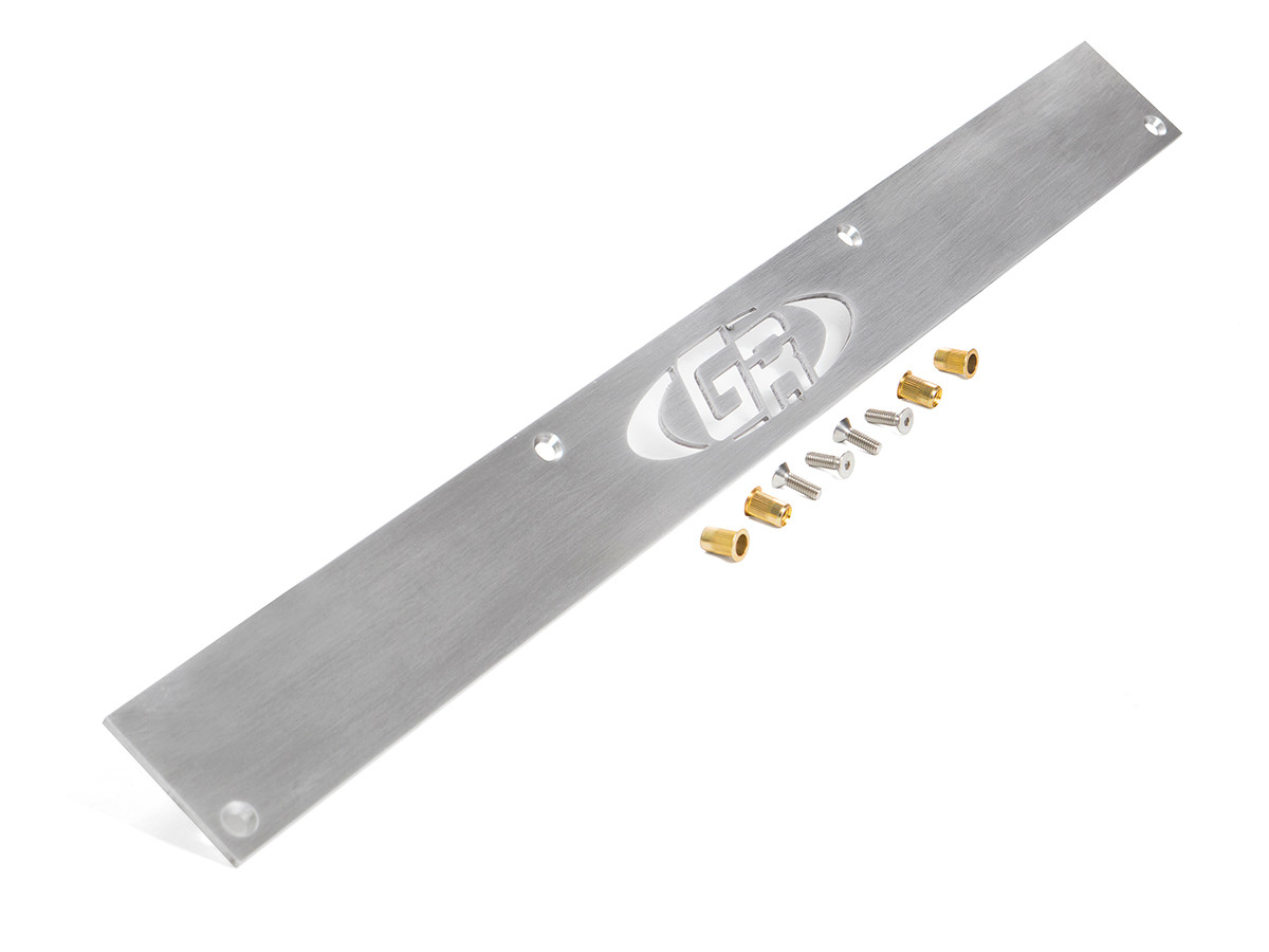 Rear body panel filler plate between corner guards