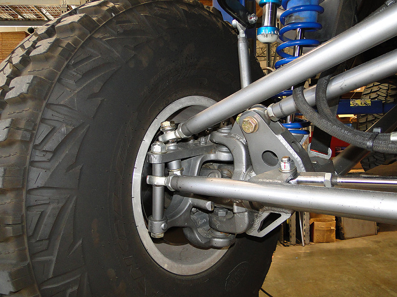 Close up of how we tilt the heim on drag link into a neutral position on the hi-steer arm