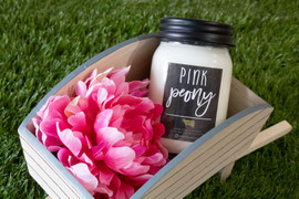 Sugared peony and velvet apricot blossom intermingle with powdered woods and ambered musk sweetened with exotic passionfruit nectar and zesty citrus. 70+ hours of burn time Soy wax infused with beeswax - 100% paraffin-free Made in the USA