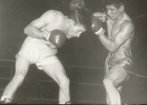 original press photograph of Argentinians Victorio Cespedes V Oscar Diaz in action during their featherweight title bout in Argentina on 9 March 1963. Diaz won the Argentinian Featherweight title on a points decision.