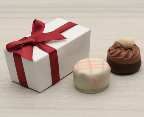 White table favour with a burgundy satin ribbon. Contains two Belgian style chocolates. 4361