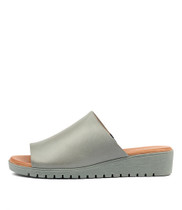 MERRIES Flatform Sandals in Steel Leather
