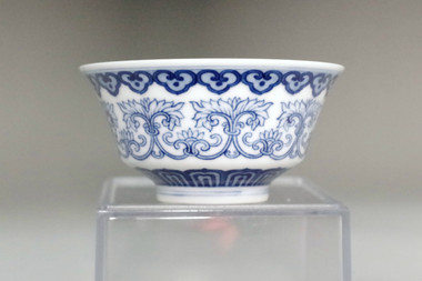 sale: Chinese blue and white porcelain cup w Yongzheng mark