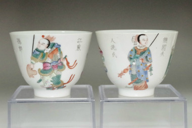 sale: Chinese Yongzheng (1736-1795) Set of 2 famille rose cups