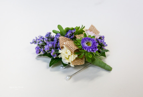 Simple mix in purples and ivory with burlap accent.
