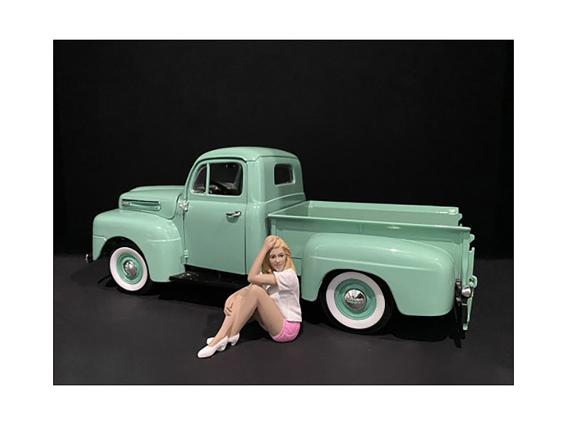 Car Girl in Tee Madee Figurine for 1/24 Scale Models American Diorama 38339