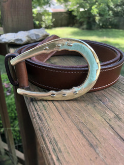 Horseshoe belt buckle