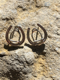 Plate horseshoe with little english strirrup earrings